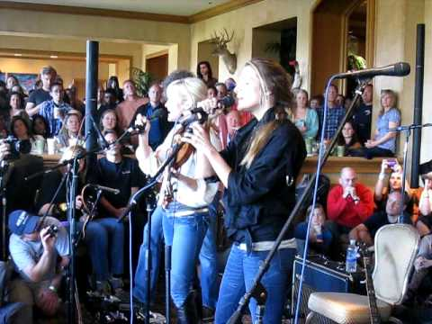 Court Yard Hounds (Dixie Chicks` Martie Maguire and Emily Robison)