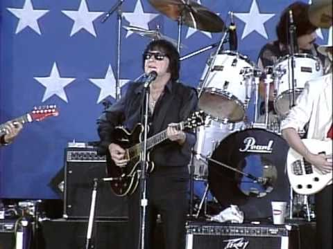 Roy Orbison - Crying (Live at Farm Aid 1985)