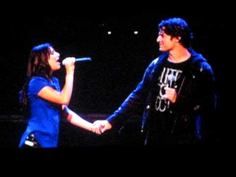 "Lea Michele and Jon Groff ""Hello"" - GLEE LIve LA 05/21/2010"