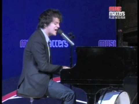 Jamie Cullum - The Singin` Umbrella mashup live at Music Matters 2009