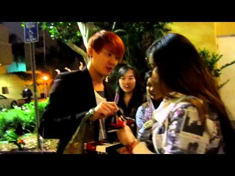 JYJ/DBSK Junsu giving autographs outside of Hotel