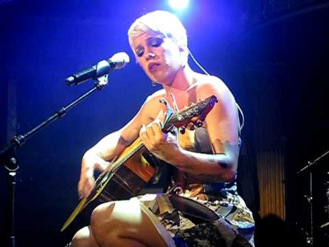 P!nk - I Don`t Believe You (Live at Cafe de Paris)