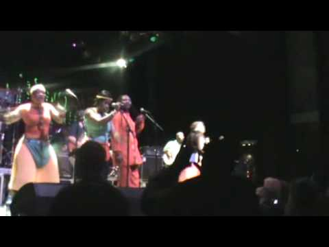 LUCKY DUBE CELEBRATION TOUR (LIVE 2010 PAARD) NKULEE DUBE.wmv