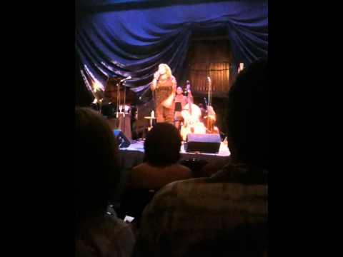 "Karan Chavis Sings Tribute to Ella Fitzgerald, Louis Armstrong, Joe Williams in ""It`s Ella!"""