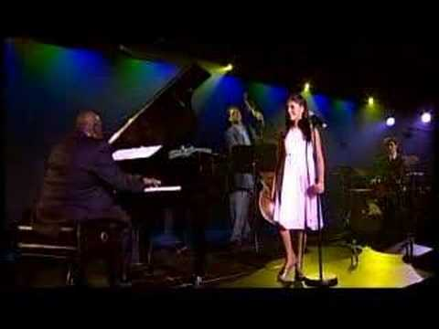 Nikki Yanofsky sings Over the Rainbow