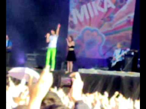 Mika performing Happy Ending live at Oxegen 07