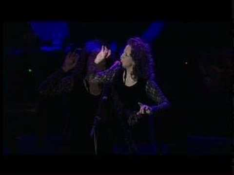 Perla Batalla sings Suzanne live in Spain