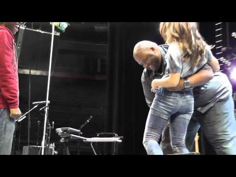 Jonas Brothers SOUNDCHECK Montreal BELL CENTRE 04-09-2010 Big Rob carrying Demi