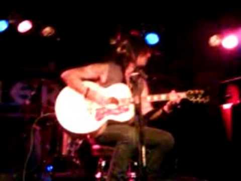 John corabi sings Hooligan`s Holdiay unplugged 8/30/08