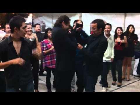Teo Gonzalez y Gonzo Show bailando con Grupo Aura