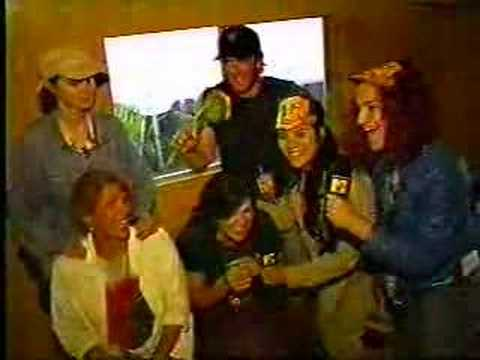 L7 interviews The Breeders (1994)