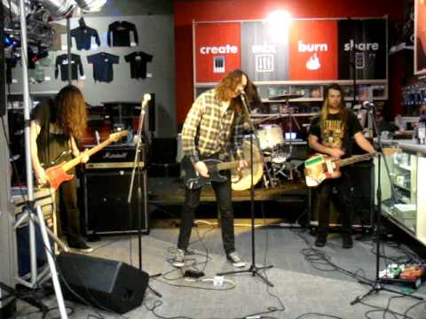 "VIOLENT SOHO (LIVE) - ""MUSCLE JUNKIE"" & ""HERE BE DRAGONS"""