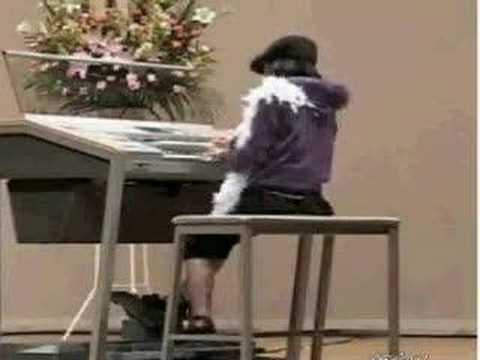 Amazing little japanese girl on organ